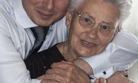 Sergio abbraccia la nonna prima di uscire di casa