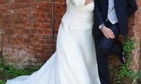 Il bouchet della sposa sembra fiorire ai suoi piedi