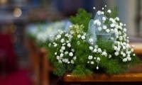 I fiori sui banchi della Chiesa