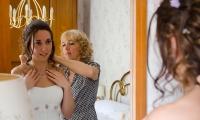 La sposa controlla gli ultimi accessori