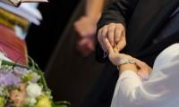 Le mani tremano insieme alla fede